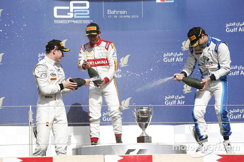 Aksi sampanye oleh Pemenang balapan, Rio Haryanto bersama peringkat kedua Stoffel Vandoorne dan Nathanael Berthon.