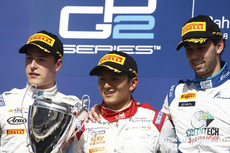 Foto podium. Pemenang Sprint Race GP2 Bahrain, Rio Haryanto, Campos Racing bersama peringkat kedua Stoffel Vandoorne, ART Grand Prix, dan peringkat ketiga Nathanael Berthon, Lazarus.