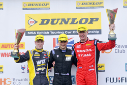 Podium: racewinnaar Colin Turkington, tweede plaats Matt Neal, derde plaats Adam Morgan