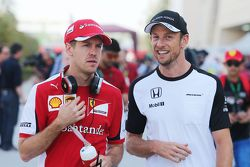 Sebastian Vettel, Ferrari con Jenson Button, McLaren