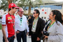 Esteban Gutierrez, Test- und Ersatzfahrer bei Ferrari, mit Fahrermanager Didier Coton und Roberto Ag