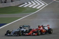 Nico Rosberg, Mercedes AMG F1 W06 locks up under braking as he battle for position with Kimi Raikkonen, Ferrari SF15-T