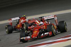 Sebastian Vettel, Ferrari SF15-T lidera a su compañero Kimi Raikkonen, Ferrari SF15-T