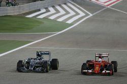 Нико Росберг, Mercedes AMG F1 W06 и Себастьян Феттель, Ferrari SF15-T борются за позицию