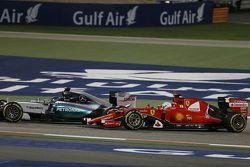 Nico Rosberg, de Mercedes AMG F1 W06 y Sebastian Vettel, Ferrari SF15-T batalla por la posición