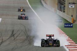 Карлос Сайнс мл., Scuderia Toro Rosso STR10 блокирует колеса на торможении