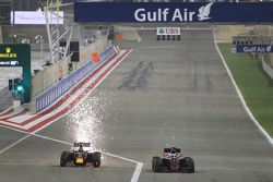 Daniil Kvyat, Red Bull Racing RB11 y Fernando Alonso, McLaren MP4-30 batallan por la posición