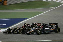 Romain Grosjean, Lotus F1 E23 y Nico Hulkenberg, batalla Sahara Force India VJM08 F1 para la posición
