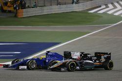 Marcus Ericsson, Sauber C34 y Nico Hulkenberg, batalla Sahara Force India VJM08 F1 para la posición
