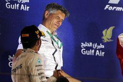 Race winner Lewis Hamilton, Mercedes AMG F1, celebra en el podium