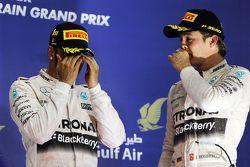 El podium: el ganador, Lewis Hamilton, Mercedes AMG F1 con el tercer lugar y compañero de equipo, Ni