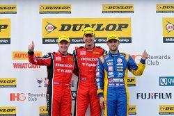 منصة التتويج: الفائز بالسباق، مات نيل. المركز الثاني، آندرو جوردان. المركز الثالث، غوردون شيدن