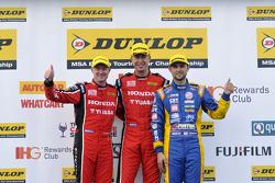 Podium: racewinnaar Matt Neal, tweede plaats Andrew Jordan, derde plaats Gordon Shedden