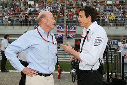 Donald Mackenzie, CVC Capital Partners, mit Toto Wolff, Mercedes-Sportchef, in der Startaufstellung