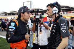 Sergio Perez mit Tim Wright, Sahara Force India F1 Team, Renningenieur, in der Startaufstellung