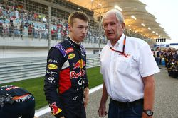 Daniil Kvyat, Red Bull Racing, und Dr. Helmut Marko, Berater Red Bull Motorsport, in der Startaufste