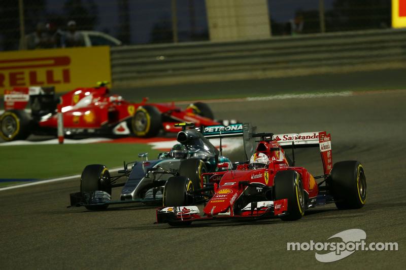 Sebastian Vettel, Ferrari SF15-T memimpin Nico Rosberg, Mercedes AMG F1 W06