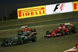 Nico Rosberg, Mercedes AMG F1 W06 y Sebastian Vettel, Ferrari SF15-T batalla port la posicón