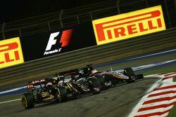 Romain Grosjean, Lotus F1 E23 and Nico Hulkenberg, Sahara Force India F1 VJM08 battle for position
