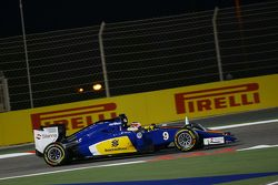 Marcus Ericsson, Sauber C34 and Nico Hulkenberg, Sahara Force India F1 VJM08 battle for position