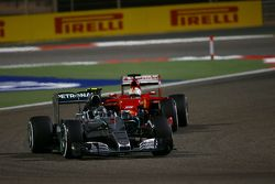 Nico Rosberg, Mercedes AMG F1 W06 lider Sebastian Vettel, Ferrari SF15-T