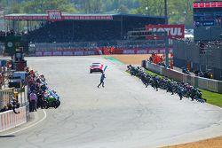 起步:骑手们跑向他们的赛车