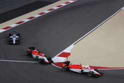 Roberto Merhi, Manor F1 Team leads Will Stevens, Manor F1 Team and Felipe Massa, Williams FW37 at th