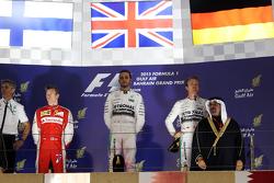 El podio Kimi Raikkonen, de Ferrari, segundo; Lewis Hamilton, Mercedes AMG F1, ganador de la carrera; Nico Rosberg, de Mercedes AMG F1, tercero