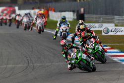 Jonathan Rea, Kawasaki, mène un groupe de motos