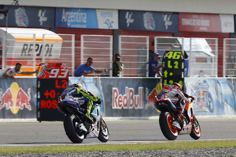A 2 vueltas del final en 2015, Rossi alcanzó a Márquez y tras superarle un toque entre ambos acabó con el español en el suelo