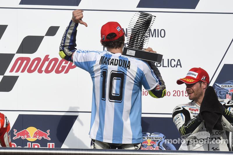 La icónica imagen de Valentino Rossi en el podio de Termas 2015 con la albiceleste de Maradona