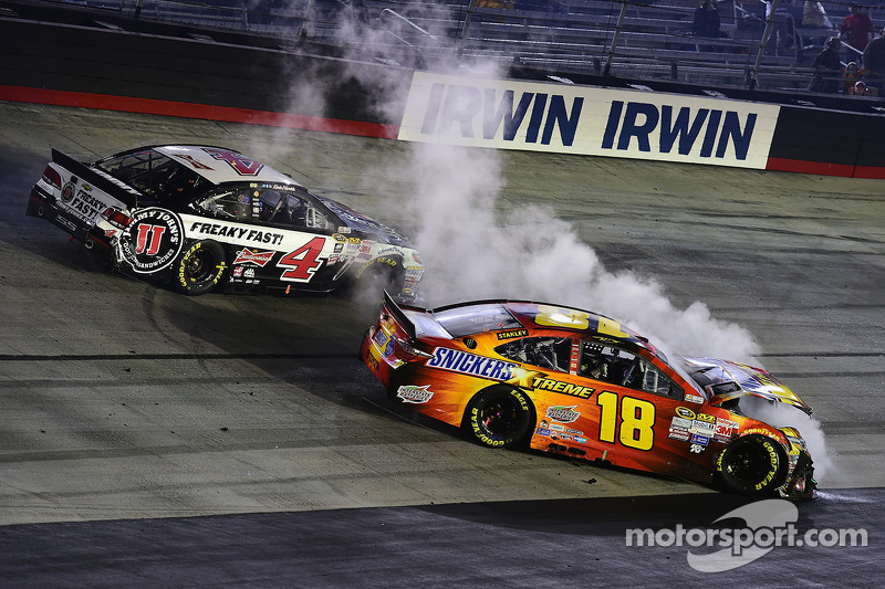 Kevin Harvick, Stewart-Haas Racing Chevrolet and David Ragan, Joe Gibbs Racing Toyota crash