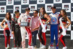 Podium : le vainqueur Scott Dixon, Chip Ganassi Racing Chevrolet, le deuxième Helio Castroneves, Team Penske Chevrolet et le troisième Juan Pablo Montoya, Team Penske Chevrolet
