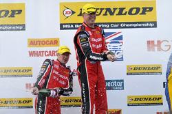 Les pilotes Honda Gordon Shedden et Matt Neal fêtent leur résultat sur le podium