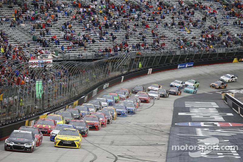 Restart: Kevin Harvick, Stewart-Haas Racing, Chevrolet, in Führung