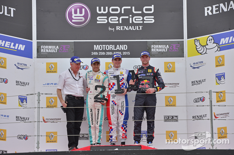 Podium: second place Jazeman Jaafar, Fortec Motorsports, race winner Oliver Rowland, Fortec Motorspo