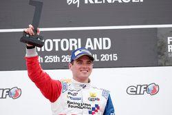 Yarış galibi Oliver Rowland, Fortec Motorsports, podyumda