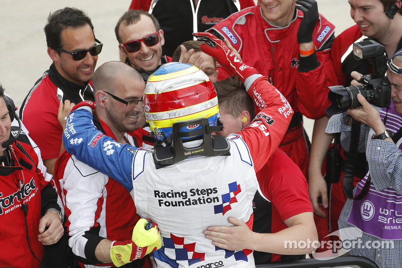 Oliver Rowland, Fortec Motorsports celebrates with his team