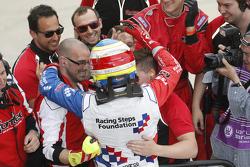 Oliver Rowland, Fortec Motorsports merayakan bersama timnya