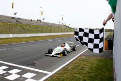 Race 1 Winnaar Marvin Dienst, HTP Junior Team