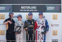 Podium : le deuxième, Nyck de Vries, DAMS, le vainqueur, Matthieu Vaxivière, Lotus, et le troisième, Oliver Rowland, Fortec Motorsports