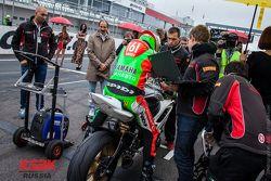 Проверка мотоцикла перед стартом гонки