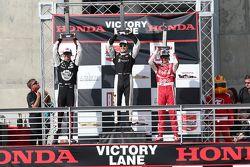 Podio: segundo lugar Graham Rahal, Rahal Letterman Lanigan Racing y ganador Josef Newgarden, CFH Rac