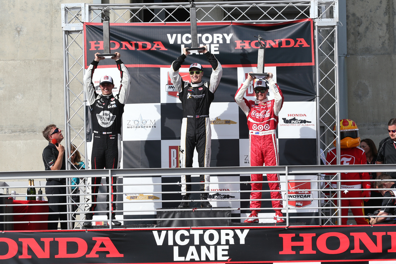 Podium: 2. Graham Rahal, Rahal Letterman Lanigan Racing; 1. Josef Newgarden, CFH Racing, und 3. Scott Dixon, Chip Ganassi Racing