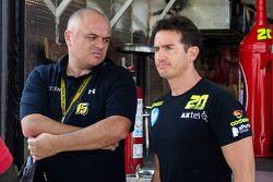 Homero Richards, M Racing y un miembro de su equipo