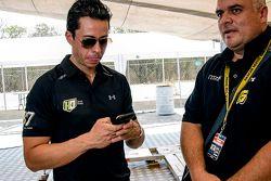 Luis Felipe Montaño, HO Speed Racing con uno miembro de su equipo.