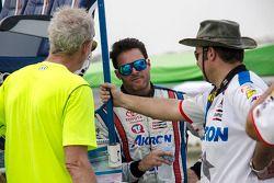 Rogelio López, Alpha Racing con miembros de su equipo.