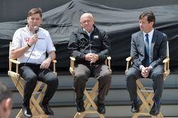 Le vice-président de HPD Steve Eriksen, Derrick Walker et le président de l'Indianapolis Motor Speedway Doug Boles