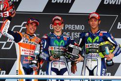 Podium: segundo lugar, Marc Márquez y el ganador, Jorge Lorenzo, con el tercer lugar, Valentino Ross