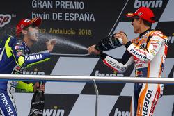 Podium: tercer lugar, Valentino Rossi y el segundo lugar, Marc Márquez